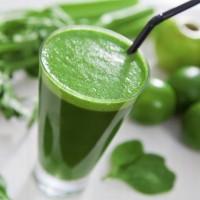 Suco verde de couve, limão e pepino